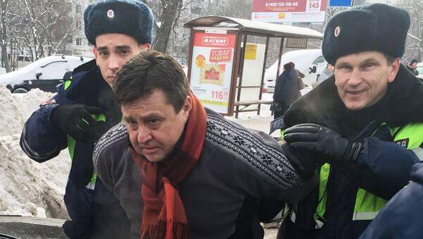 Сотрудники правоохранительных органов задерживают Александра Величко, подозреваемого в убийстве в здании на улице Вавилова в Москве директора компании Мон-компани