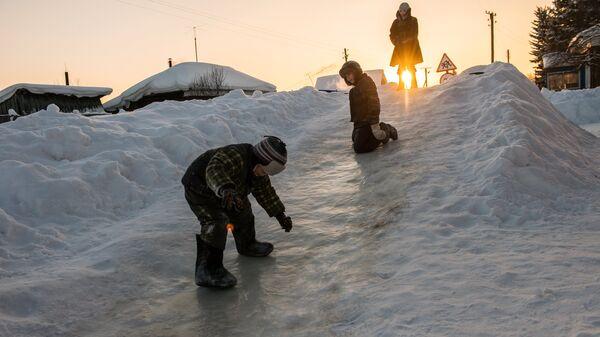 Дети на ледяной горке