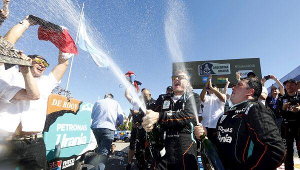 Экипаж голландского пилота Жерара де Роя празднует победу в ралли Дакар-2016