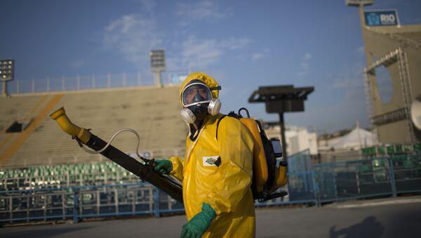 Медработник распыляет инсектициды для борьбы с комарам переносящими вирус Зика в Рио-де-Жанейро