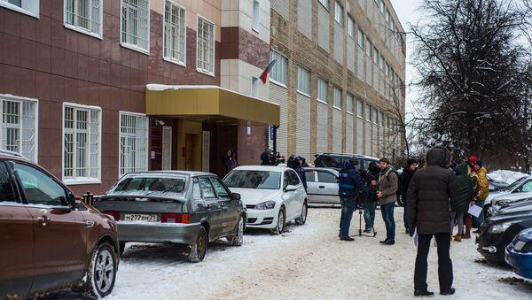 Журналисты перед зданием Центрального суда города Тулы, где рассматривается дело об усыновлении годовалого Матвея, обгоревшего в тульском роддоме. Архивное фото