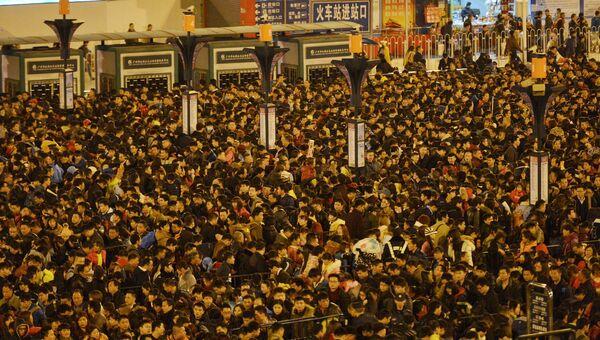Пассажиры возле железнодорожного вокзала в Гуанчжоу (провинция Гуандун), Китай