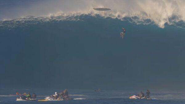 Серфер сорвался с гигантской волны