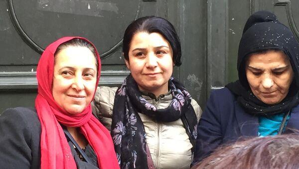 Несрин Абдалла и парижские курдянки у двери, где были найдены тела трех застреленных курдских активисток