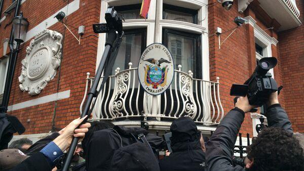 Журналисты в ожидании Джулиана Ассанжа возле посольства Эквадора в Лондоне, Великобритания. Архивное фото