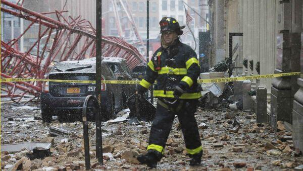 Пожарный на месте обрушения подъемного крана в Нью-Йорке, США. 5 февраля 2016