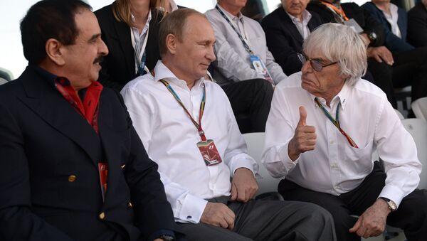 Президент России Владимир Путин, генеральный промоутер Формулы-1 Берни Экклстоун (справа) и король Бахрейна Хамад Бен Иса Аль Халиф во время российского этапа гонки чемпионата мира по кольцевым автогонкам в классе Формула-1 в Сочи. Архивное фото