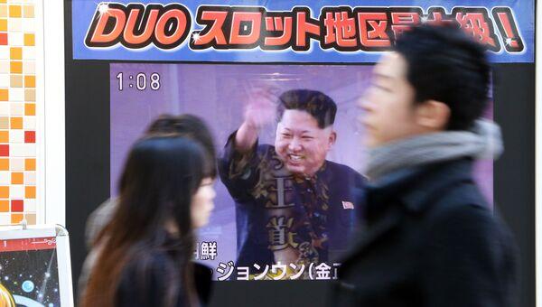 Трансляция сообщения КНДР об успешном запуске ракеты на улице в Токио