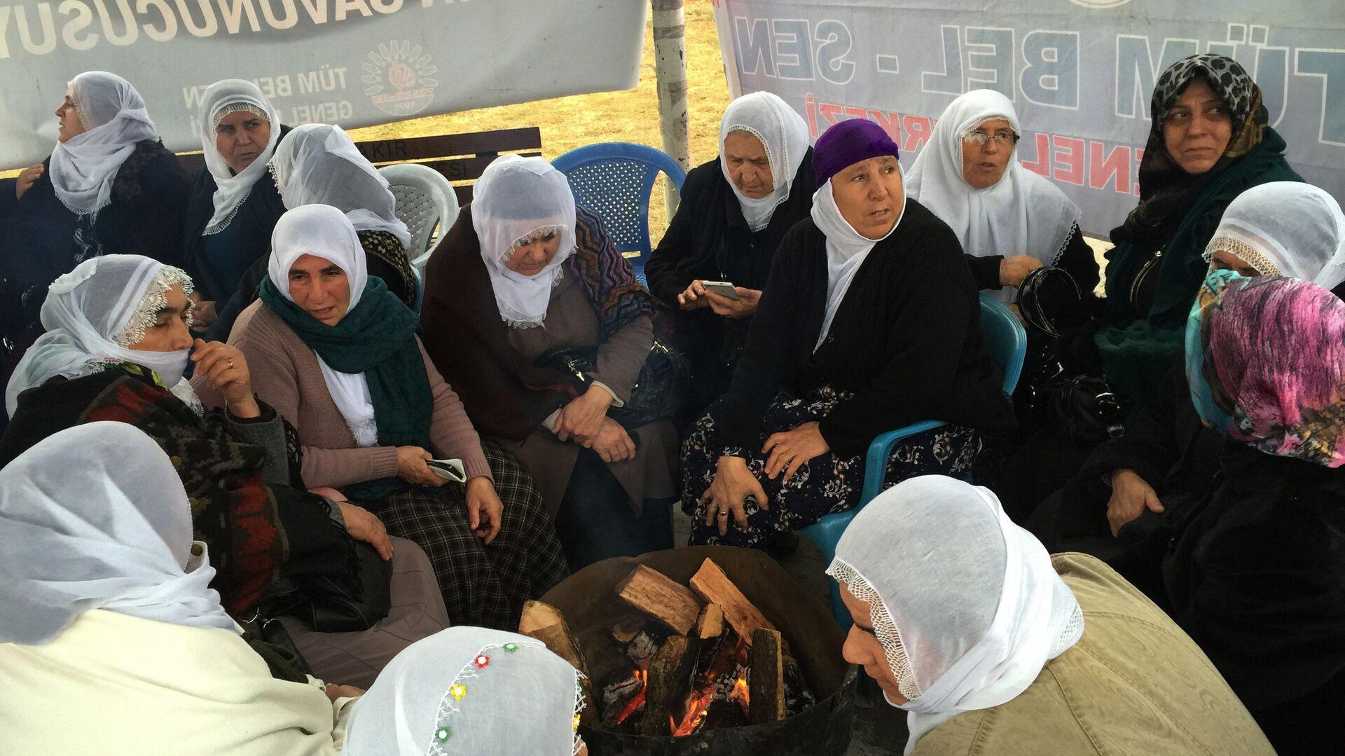 В турецком Диярбакыре сотни женщин выступили против столкновений между турецкой армией и курдами - РИА Новости, 1920, 20.03.2021
