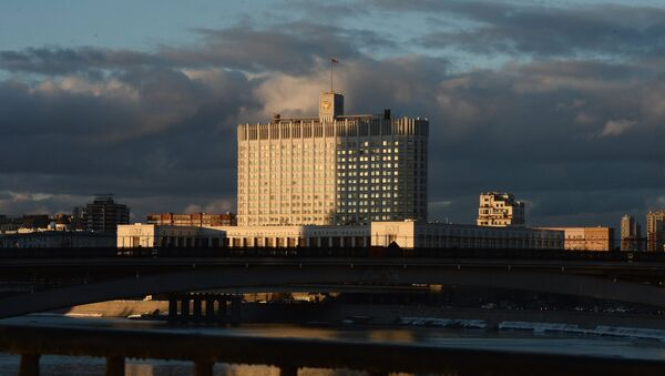 Вид на Дом Правительства Российской Федерации с Бородинского моста в Москве