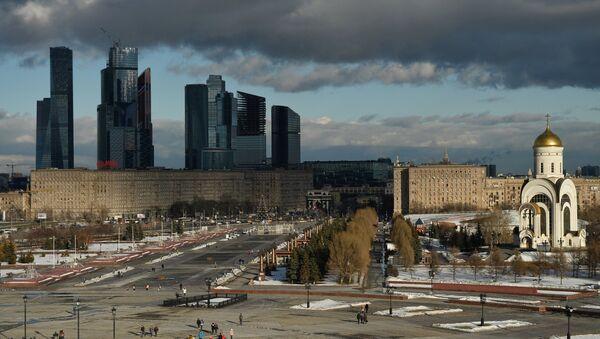 Вид с крыши музея Великой Отечественной войны на Поклонной горе на Кутузовский проспект в Москве