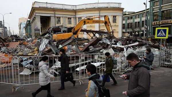 Сотрудники коммунальных служб сносят незаконно построенные торговые павильоны у метро Новослободская в Москве. Архивное фото