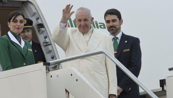 Папа римский в аэропорту Рима,