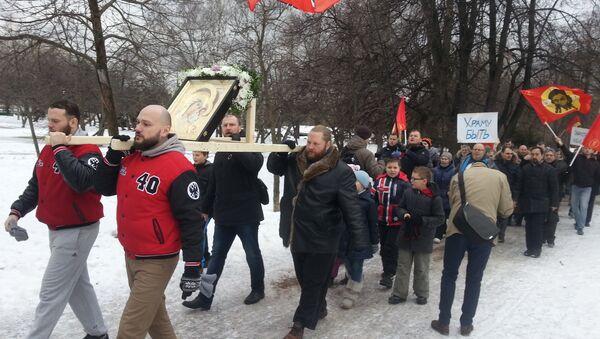 Участники пикета сторонников строительства православного храма в парке Торфянка в Москве