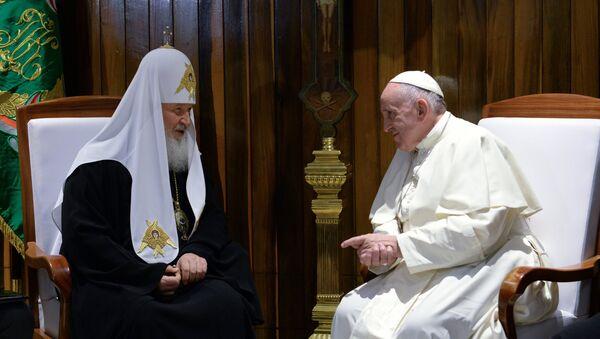 Патриарх Московский и всея Руси Кирилл (слева) и папа Римский Франциск во время встречи в международном аэропорту имени Хосе Марти в Гаване. Архивное фото