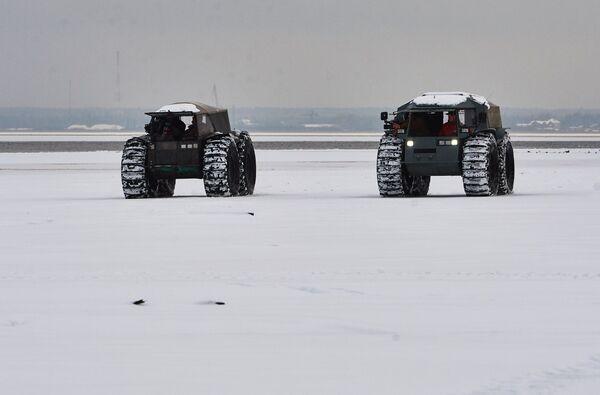 Демонстрация отечественного вездехода-амфибии Шерп на берегу Ладожского озера в Ленинградской области