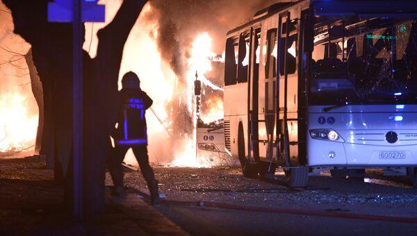 Пожарные на месте взрыва у общежития для военных в центре Анкары, Турция. 17 февраля 2016 год