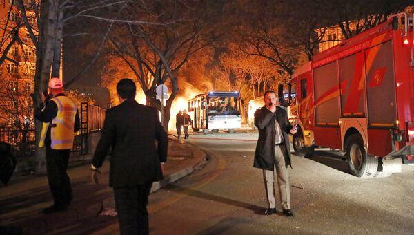 Пожарные на месте взрыва у общежития для военных в центре Анкары, Турция. Архивное фото