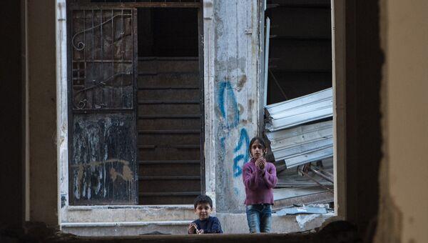 Дети в жилом квартале города Алеппо, Сирия. Архивное фото