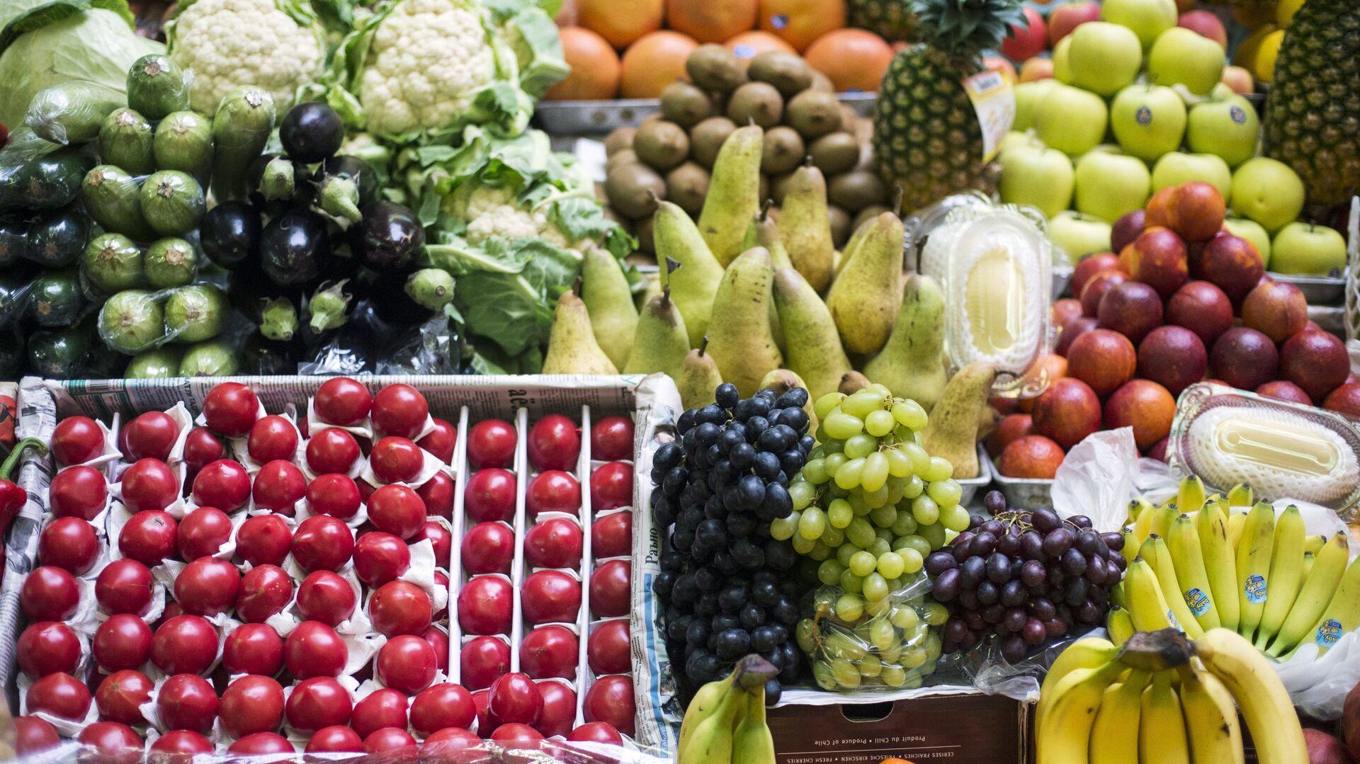 Прилавок с фруктами и овощами на рынке - РИА Новости, 1920, 28.01.2021