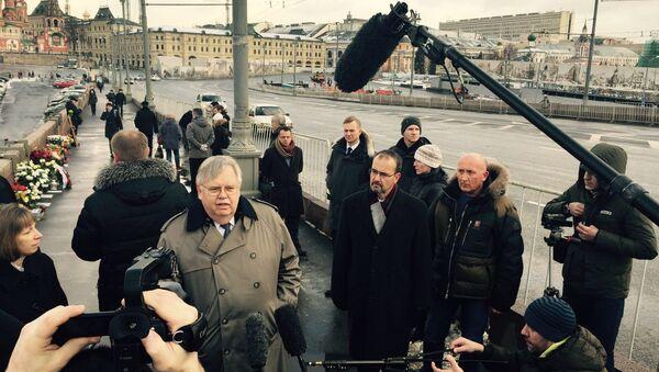 Посол США в России Теффт возложил цветы к месту гибели Бориса Немцова