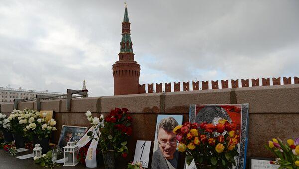 Цветы на месте гибели политика Бориса Немцова на Большом Москворецком мосту в Москве. Архивное фото