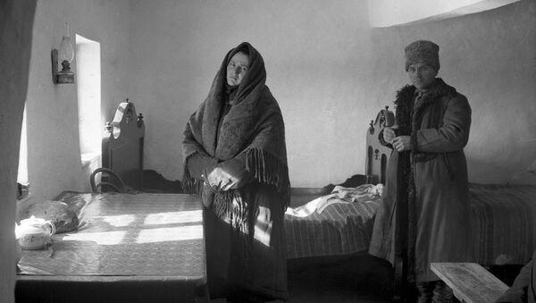 Кулака с женой выселяют из деревни