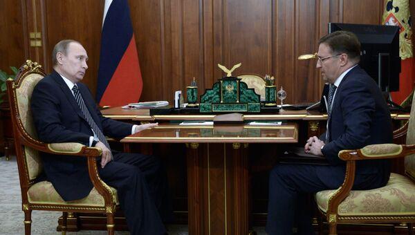 Президент России Владимир Путин и глава Ростехнадзора Алексей Алешин во время встречи в Кремле