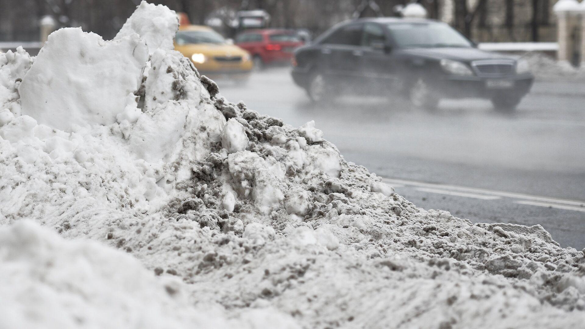 Сугробы снега на одной из улиц Москвы, образовавшиеся после сильного снегопада - РИА Новости, 1920, 28.02.2021