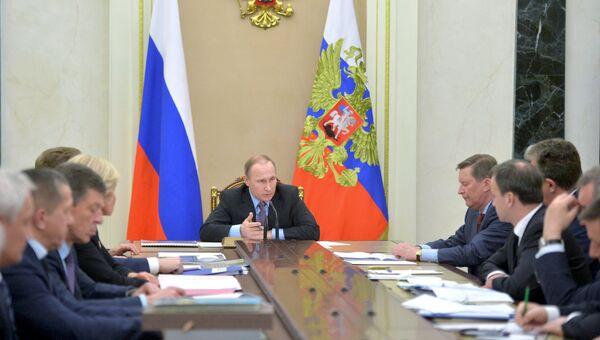 Президент России Владимир Путин проводит совещание с членами кабинета министров РФ в Кремле. Архивное фото