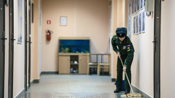 Девушка-курсант моет полы в общежитии Военно-космической академии имени А.Ф. Можайского в Санкт-Петербурге