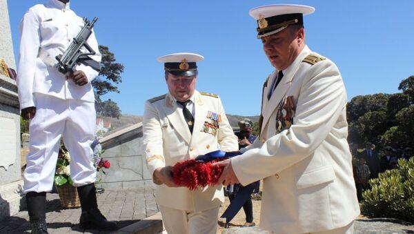 Экипаж судна ВМФ РФ Адмирал Владимирский возложил цветы к могиле русских моряков в ЮАР