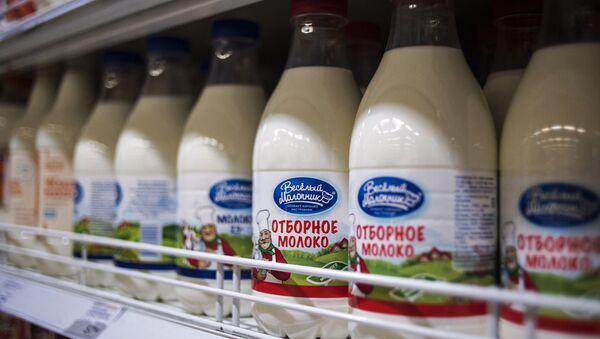 Молочная продукция на прилавке магазина в Москве