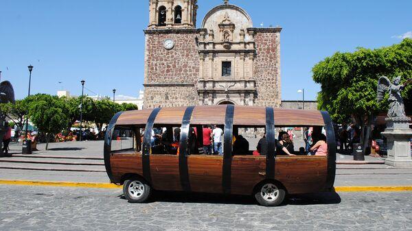 Туристический автобус в городе Текила, Мексика