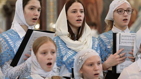 Участники объединенного детского хора храмов Москвы и Московской области во время Божественной литургии в храме Христа Спасителя в Москве