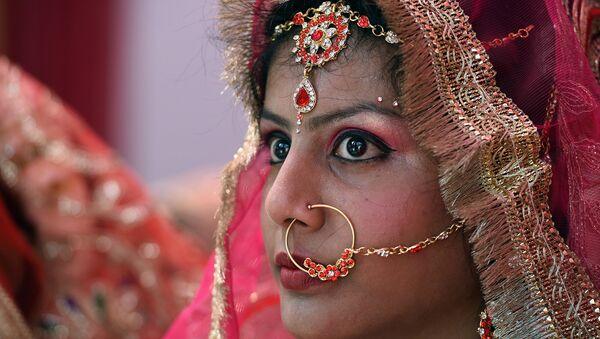 Индийская невеста во время массовой церемонии бракосочетания в старых кварталах Нью-Дели. Март 2016. Архивное фото