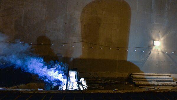 Рабочий на строительстве станции метро Хорошевская Третьего пересадочного контура в Москве. Архивное фото