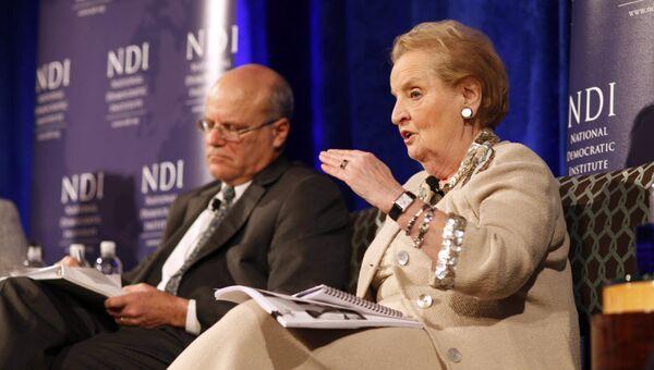 Председателем совета директоров NDI, бывший госсекретарь США Мадлен Олбрайт
