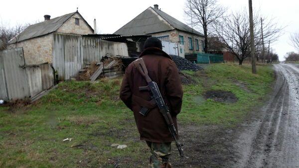 Ополченец ДНР в поселке Зайцево под Горловкой. Архивное фото.
