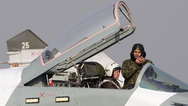 Осмотр летчиком боевого истребителя Миг-29СМТ в аэропорту Чкаловский. Архивное фото