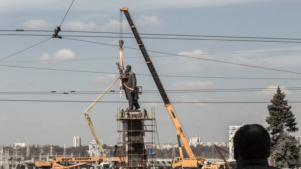 Сотрудники комунальных служб Запорожья во время демонтажа самого большого на Украине памятника Ленину.