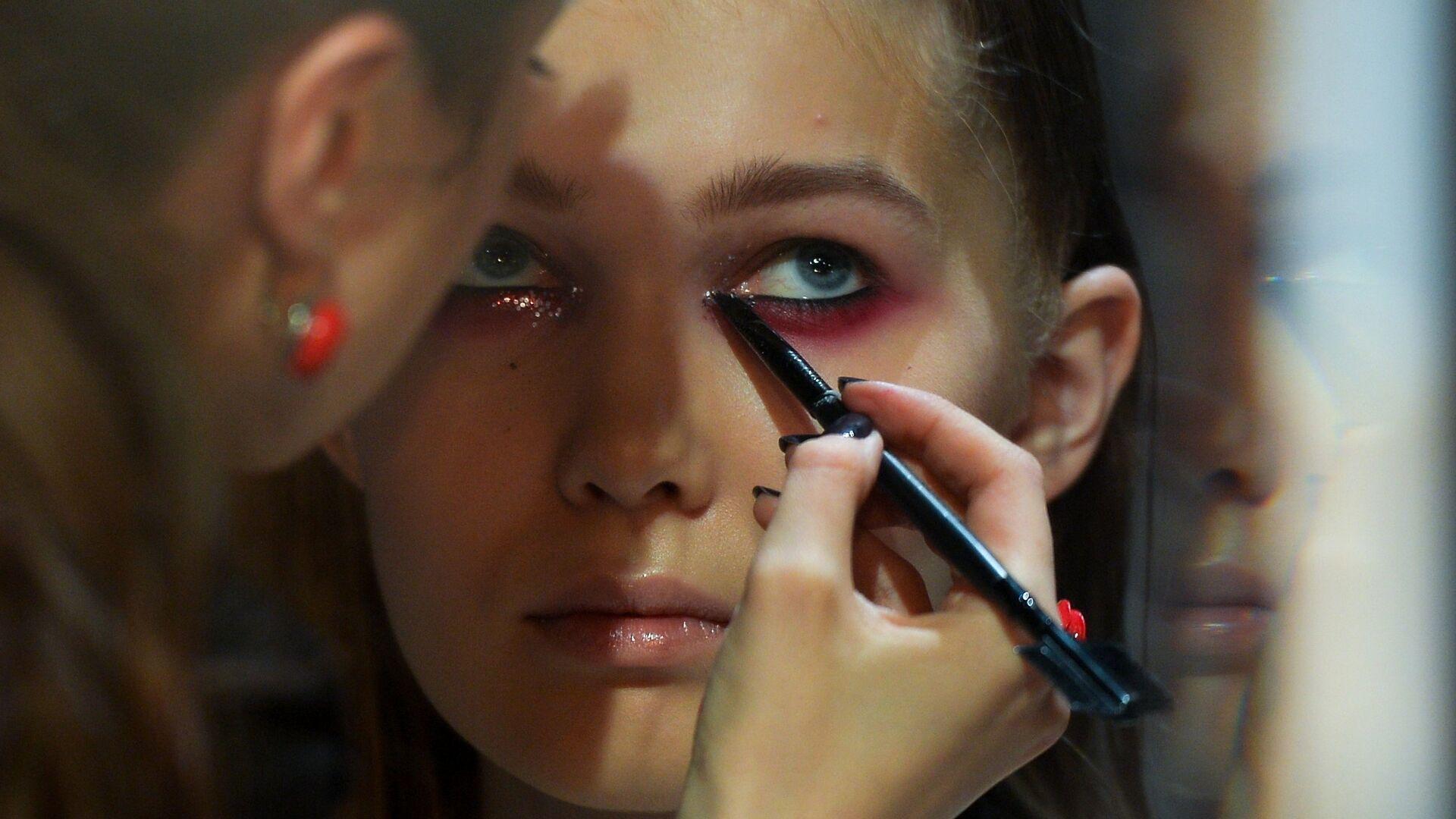 Визажист наносит макияж перед началом показа дизайнера KSENIASERAYA в рамках Mercedes-Benz Fashion Week Russia в ЦВЗ Манеж - РИА Новости, 1920, 26.08.2020