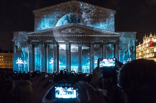 Cветовое шоу Круг света на фасаде Большого театра в Москве. 26 сентября 2015 год
