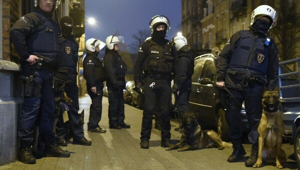 Полиция Бельгии во время спецоперации в брюссельском Моленбеке. Архивное фото