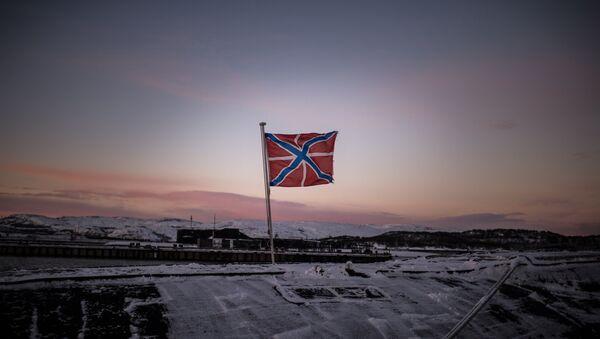 Флаг на атомной подводной лодке Юрий Долгорукий Северного флота ВМФ России, стоящей на причале в Гаджиево. Архивное фото
