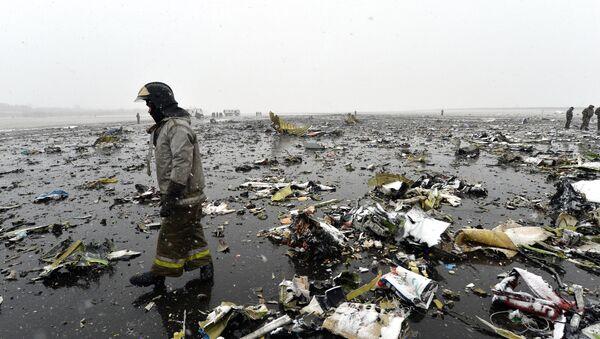 Сотрудники МЧС на месте крушения лайнера Boeing 737-800 в Ростове-на-Дону. Архивное фото
