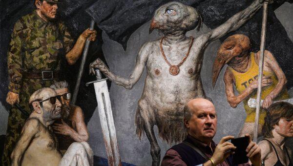 Посетитель у картины Триумфатор художника Гелия Коржева на ретроспективной выставке его работ в Государственной Третьяковской галерее