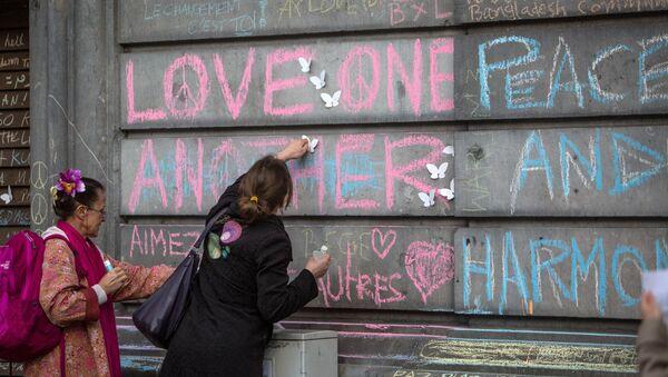 Участники траурного митинга в память о погибших в результате взрывов в Брюсселе. Архивное фото