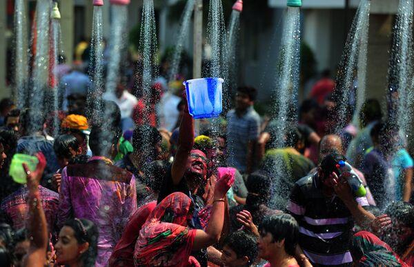 Празднование Холи в Ченнаи, Индия. 24 марта 2016