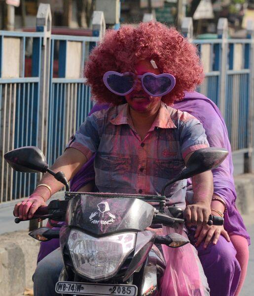 Празднование Холи в Силигури, Индия. 23 марта 2016